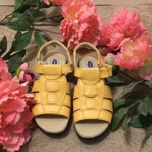 Dr. Scholl's yellow sandal size 5.5 gently worn